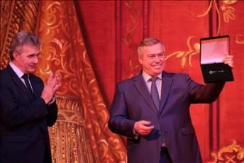 Настроечный ключ губернатор Василий Голубев вручил директору театра Вячеславу Кущеву