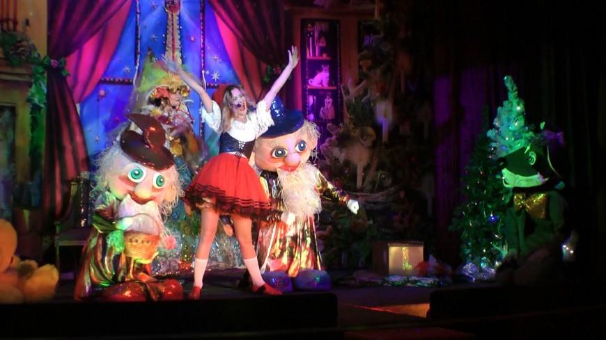 На фото из архива театра – сцены из спектакля «Новогодние каникулы Красной Шапочки»
